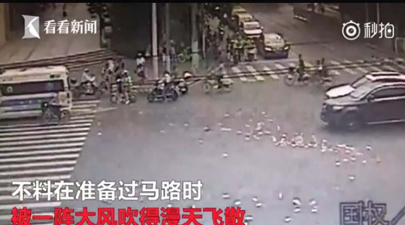 น้ำใจจีนยังมี! เปิดคลิปลุงขับรถเงินหล่นปลิวว่อน ชาวบ้านช่วยเก็บคืน